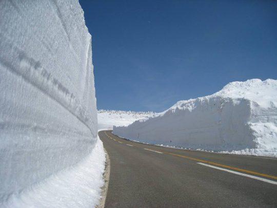 写真:雪の壁が残るアスピーテライン